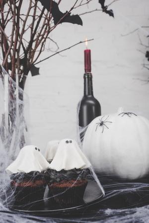 Halloween-cupcakes en decoratie Stockfoto - 88210896