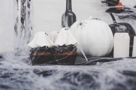 Halloween-cupcakes en decoratie Stockfoto - 88210899