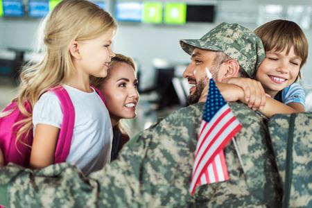 rodzina i mężczyzna w mundurze wojskowym