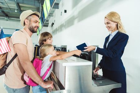 공항 체크인 데스크의 가족