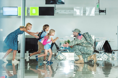 family meeting father in military uniform Banco de Imagens