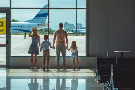 family looking out window in airport Stock fotó