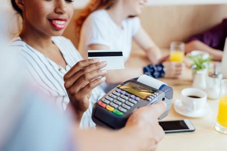クレジット カード、ターミナルで支払い 写真素材