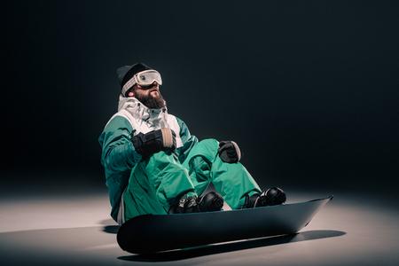 スノーボードの衣装で男