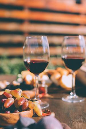 Vinho tinto e tigela de uvas Foto de archivo - 88747120