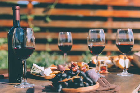赤ワイン、様々 な軽食