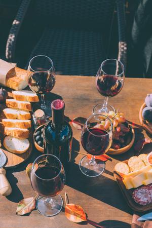 red wine and variation of snacks Foto de archivo