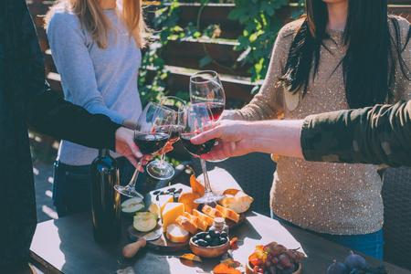 사람들이 와인 잔을 마구 들고 스톡 콘텐츠