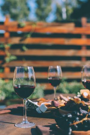 Taças de vinho tinto Foto de archivo - 88748051