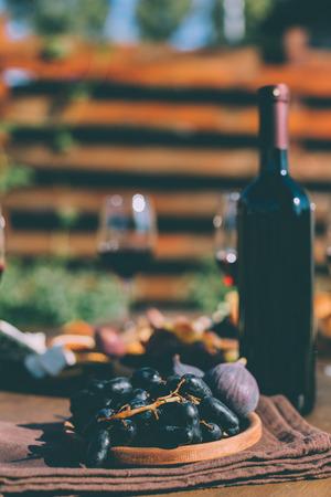 赤ワインと皿の上の果物 写真素材