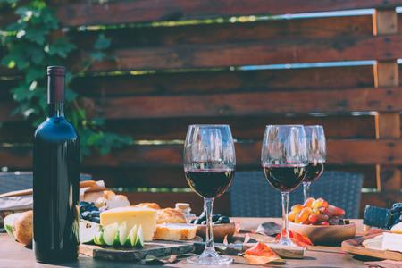 다양한 간식과 레드 와인