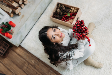 自然のクリスマスの装飾を持つ女性