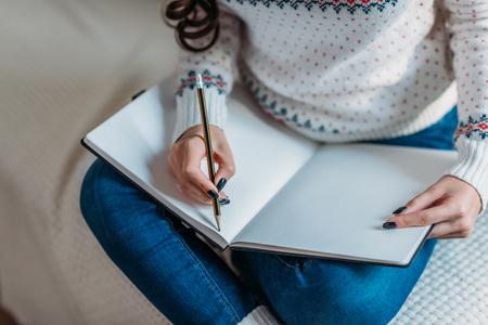 vrouw schrijven in notitieblok Stockfoto