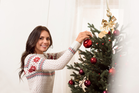 크리스마스 트리를 장식하는 여자 스톡 콘텐츠