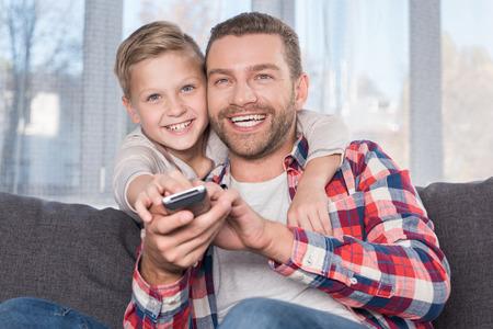 père et fils regardant la télévision