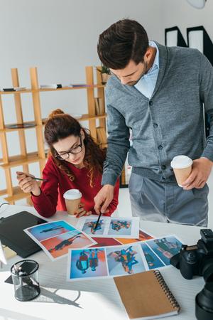 ontwerpers die op foto's kijken