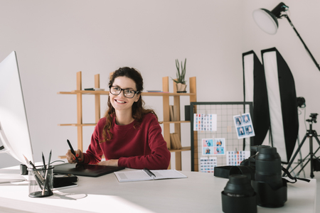 photographer working in modern office 版權商用圖片