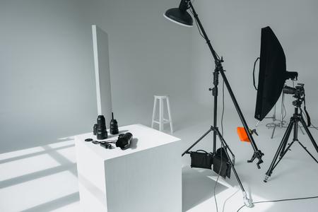 디지털 사진 카메라, 렌즈 및 조명기구가있는 사진 스튜디오의 조명 측정기 스톡 콘텐츠