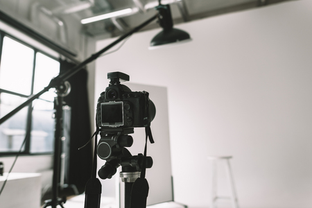 사진 스튜디오의 디지털 카메라