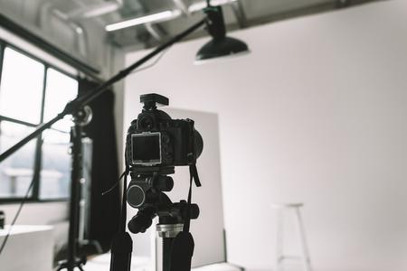 Digitalkamera im Fotostudio Standard-Bild - 89771276