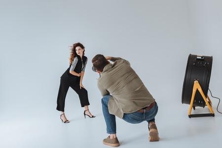 fotograaf en model op modeshoot
