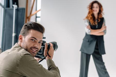 fotógrafo profesional en sesión de moda