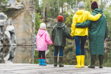 木製の橋に家族の立っています。 写真素材