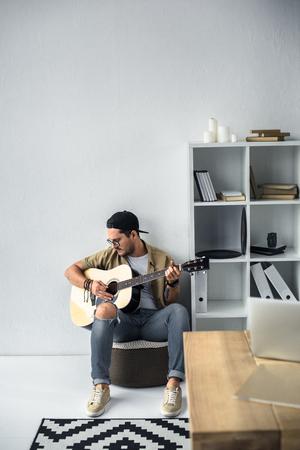 ギターを弾く若い音楽家