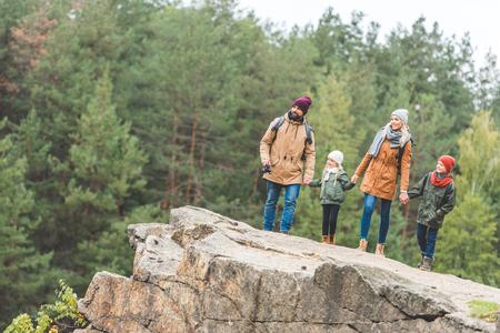 Familie, die auf Felsen im Wald steht Standard-Bild - 88944891