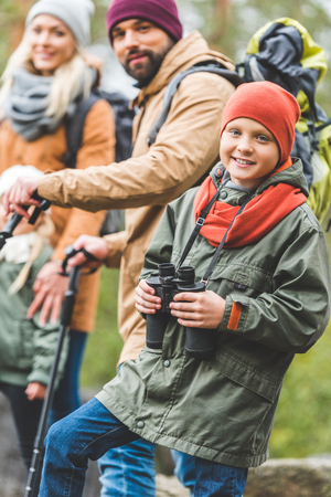smiling boy with binoculars Zdjęcie Seryjne