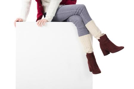 ホワイトキューブに座っている女の子