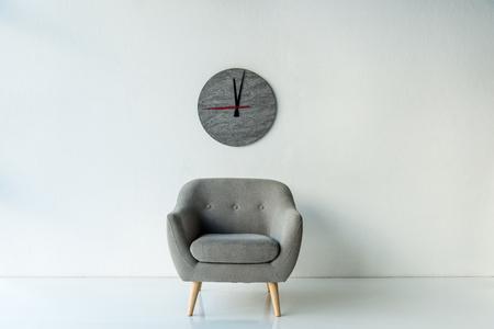 Sillón y reloj