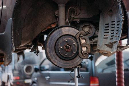 노출 된 브레이크 슈가있는 자동차 스톡 콘텐츠
