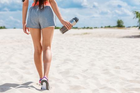 Sportswoman avec bouteille de sport Banque d'images - 89247504