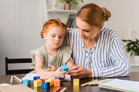 어머니와 딸이 편지 큐브로 학습 스톡 콘텐츠 - 89247775