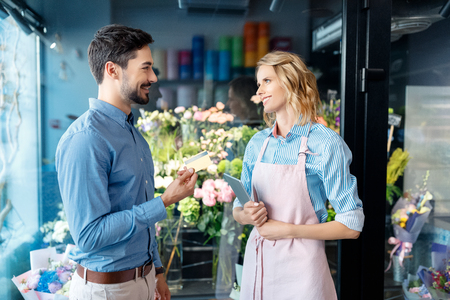 florist and client with credit card Stok Fotoğraf