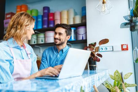 bloemist en klant met laptop