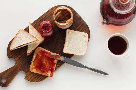 Toasts avec de la confiture et du beurre de cacahuète Banque d'images - 89356673