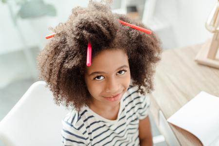 髪にマーカーを持つ小さな女の子