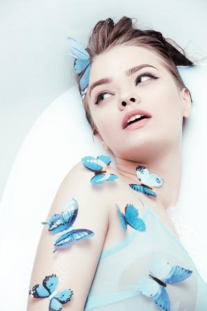 sensuele vrouw met vlinders Stockfoto