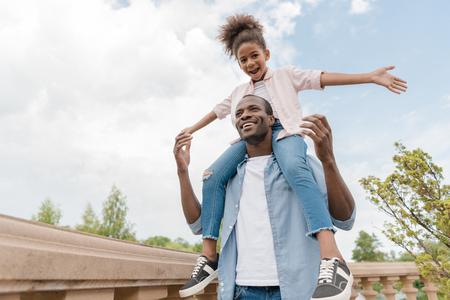 Afro-Amerikaanse vader en dochter in park Stockfoto