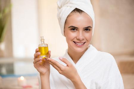 femme avec huile pour le corps Banque d'images