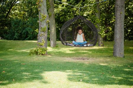 kind swingen op schommel in park