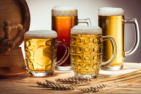 beer barrel and glasses of beer Imagens