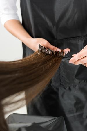 kapper die lang haar borstelt