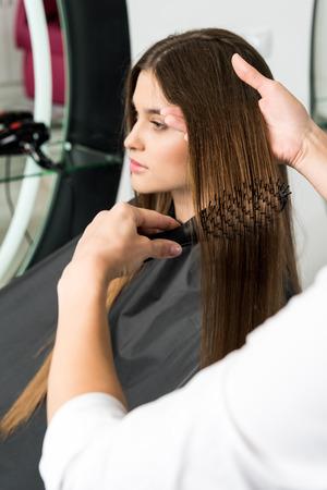 女性の美容師髪