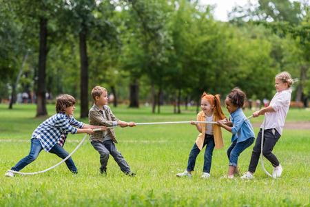 子供たちの綱引きを演奏