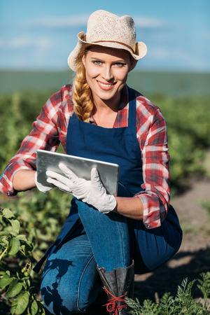 디지털 타블렛으로 일하는 농부