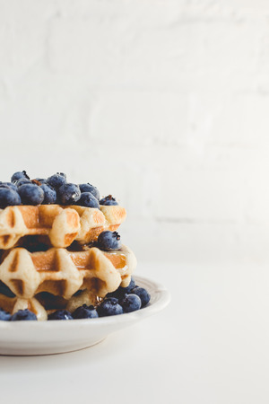 plate of fresh waffles stack with blueberries 版權商用圖片 - 89791231