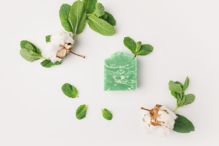 top view of homemade mint soap with leaves and cotton flowers on white surface Stok Fotoğraf - 89878690